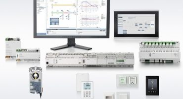 The latest version of the Desigo building automation system from Siemens includes many new components. Desigo Control Point makes the handling of a building even more user-friendly, and thanks to the new PX Compact Controller with island bus, more data points can be covered. In addition, room automation has been expanded with new application types for heat pumps as well as in the field of air regulation, especially for clean rooms and laboratories. Cost-optimized room operator units, a KNX-PL link light dimmer and a new KNX PL-Link rotary actuator designed for use with 6-way ball valves complete the portfolio of the new Desigo version.   Die neuste Version des Siemens-Gebäudemanagementsystems Desigo enthält zahlreiche neue Komponenten. Mit Desigo Control Point können Gebäude nun noch benutzerfreundlicher bedient werden und dank eines neuen Kompaktreglers mit Island-Bus ist es möglich, mehr Datenpunkte zu bedienen. Auch die Raumautomation wurde im Bereich Luftregelung speziell für Reinräume und Labore sowie mit neuen Anwendungen für Wärmepumpen weiterentwickelt. Kostenoptimierte Raumbedieneinheiten, ein Dimmer mit KNX-PL- Link-Anbindung sowie ein neuer Stellantrieb mit KNX-PL-Link speziell für 6-Weg-Regelkugelhähne runden das Portfolio der neusten Desigo-Version ab.